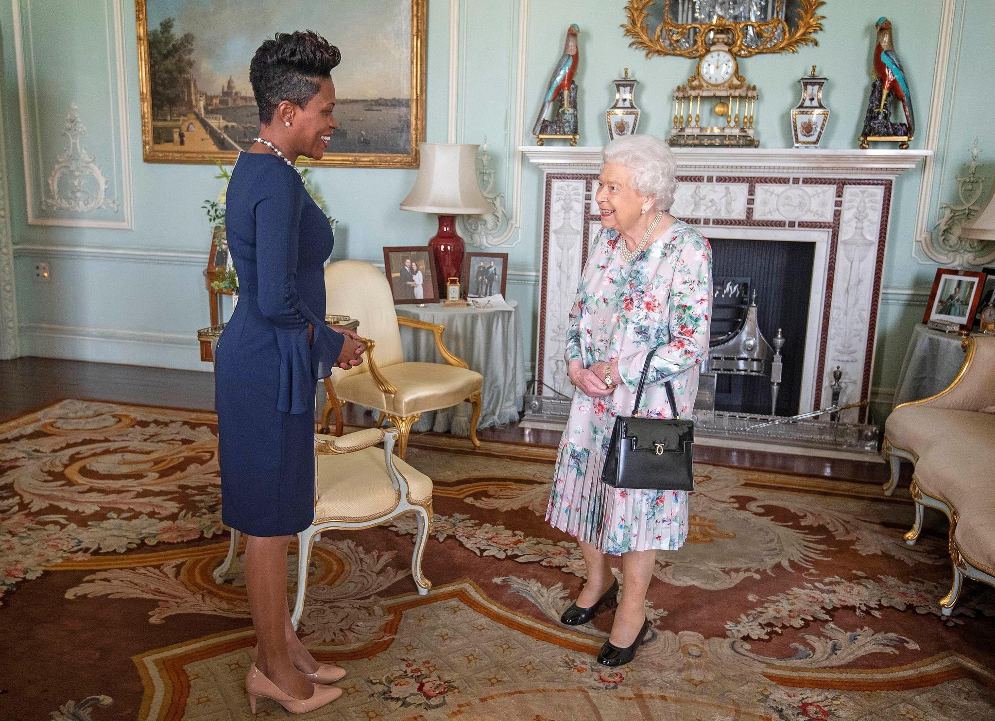Als die Queen Lakisha Grant im Oktoberim Palast begrüßt fällt auf, dass das Verlobungsfoto von Harry und Meghan nicht mehr auf seinem Stammplatz steht.
