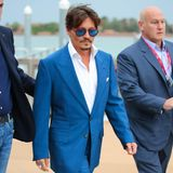 Johnny Depp ist die perfekte Mischung aus mysteriöser Verwegenheit und dem Glamour des alten Hollywoods. Sein Look eine Form von exklusivem Vintage-Grunge. So kombiniert er z.B.zum sportlichen royalblauen Anzug Stacy Adams Slip-Ons, die durch den schwarz-weißen Look stark an Al Capone erinnern.