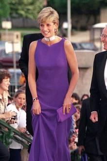 Denn auch Prinzessin Diana setzte 1996 bei einem Auftritt in Chicago auf ein Kleid in Lila – ihre Robe stammt aus dem Hause Versace.