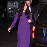 """Beim Auftakt des""""One Young World""""-Gipfels in London trägtHerzogin Meghan ein lilafarbenes Kleid von Aritzia (130 Euro), dazu kombiniert sie Wildleder-Pumps von Manolo Blahnik. Ob diese Farbwahl wohl nur Zufall ist?"""