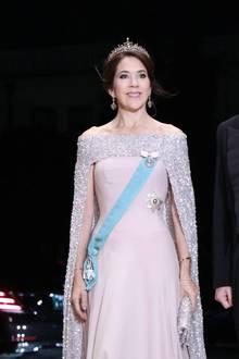 """Prinzessin Mary erscheint zur Inthronisierung des japanischen Kaisersnicht nur in einer wunderschönen Robe mit Pailletten-Cape, auch ihren Kopf ziert einhochkarätiges Diademmit Diamanten, Rubinen und Spinelle, eingefasst in Silber und Gold. Es handelt sich hierbei um ein sogenannte """"Convertible""""-Tiara, die durch einen Klappmechanismus ineineHalskette umfunktioniert werden kann.Im Gegensatz zu anderen königlichen Juwelen in ihrer Sammlung, soll Mary die Tiara und ein Paar passende Ohrringe für sich gekauft haben."""