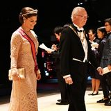 Prinzessin Victoria kommt in einem Traum aus weißer Spitze und an der Seite ihres Vaters König Carl Gustaf zum Staatsbankett.