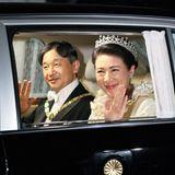 Naruhito und Masako machen sich auf den Weg zum Kaiserpalast, wo am Abend ein feierliches Staatsbankett stattfindet.