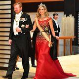 König Willem-Alexander und Königin Máxima betreten den Saal im Kaiserpalast.
