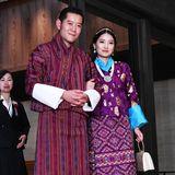 Das Königspaar von Bhutan trägt festliche traditionelle Kleidung.