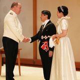 Fürst Albert von Monaco, der ohne seine Frau Fürstin Charlène angereist ist, wird vom Kaiserpaar begrüßt.