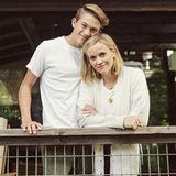 """Ihr ältester Sohn Deacon überragt Reese Witherspoon bereits um eine Kopflänge. Zu seinem 16. Geburtstagbeschreibt die stolze Mama, wie """"sein strahlendes Lächeln jeden Tag ein bisschen besser macht"""". Und wirkönnen definitiv erkennen, woher dieses schöne Lächeln stammt."""