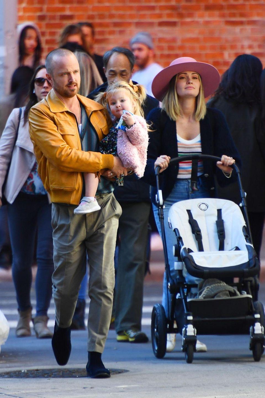 """23. Oktober 2019  """"Breaking Bad""""-Star Aaron Paul genießt den Tag beim gemeinsamen Stadtbummelmit Töchterchen Story Annabelle und FrauLauren Parsekian."""