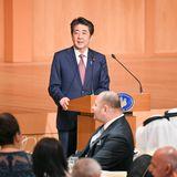 Shinzo Abe hält eine Rede.