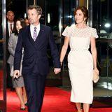 Am zweiten Tag der Krönungsfeierlichkeiten sind die Gäste zum Bankett von Japans Premierminister Shinzo Abe geladen. Der dänische Kronprinz Frederik und seine Frau Mary kommen Hand in Hand.