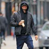 """Weiße Turnschuhe zur dunklen Denim-Hose sind ein absoluter Dauerbrenner. Oscarpreisträger Leonardo DiCaprio schwört auf diese Klassik-Kombo. Nullachtfünfzehn ist sein Fußwerk dabei allerdings bei Weitem nicht. Seine Füße zieren die """"Urban Street""""-Sneakervon Givenchy."""