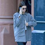 """Kendall Jenner steht für lange Beine und glamouröse Auftritte, umso mehr verwundet ihr in Grau- und Schwarztönen gehaltenerAlltagslook. Obwohl das Outfit reduziert wirkt, stechen ihre klobigen """"Sinclair""""-Boots von Dr.Marten ins Auge. Die Stiefel mit leichtem Plateau sind momentan absolute It-Pieces."""