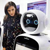 24. Oktober 2019  Bei ihrem Besuch in Südkorea besucht Königin Letizia auch das Forschungs- und Entwicklungszentrum des Elektronikunternehmens LG, um sich über Innovationen in den Bereichen Robotik, Energieeinsparung, Automobil, Smart Home und künstliche Intelligenz zu informieren.Der Roboter im LG Sciencepark in Seoul erntet von der spanischen Königin jedoch einen eher misstrauischen Blick.