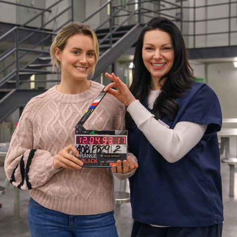 "Taylor Schilling und Laura Prepon in ""Orange is the new Black"""