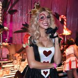 """Gerda Lewis strahlt als blutige Königin auf der""""Wonderland after Dark""""-Party."""