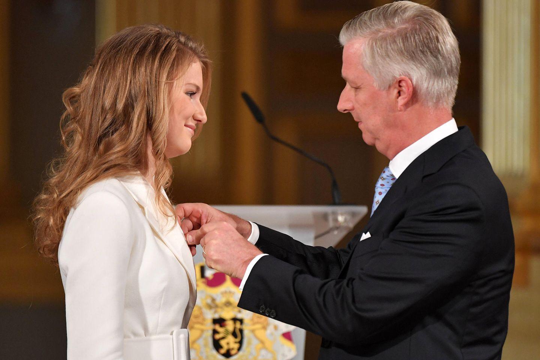 Nach der Rede verleiht der König seiner Tochter den Leopoldsorden, auch Orden der Eintracht genannt.