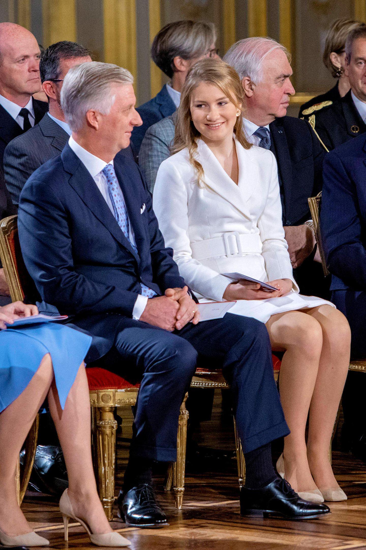 Freudig und ein wenig aufgeregt wirkt die Kronprinzessin an der Seite ihres Vaters.