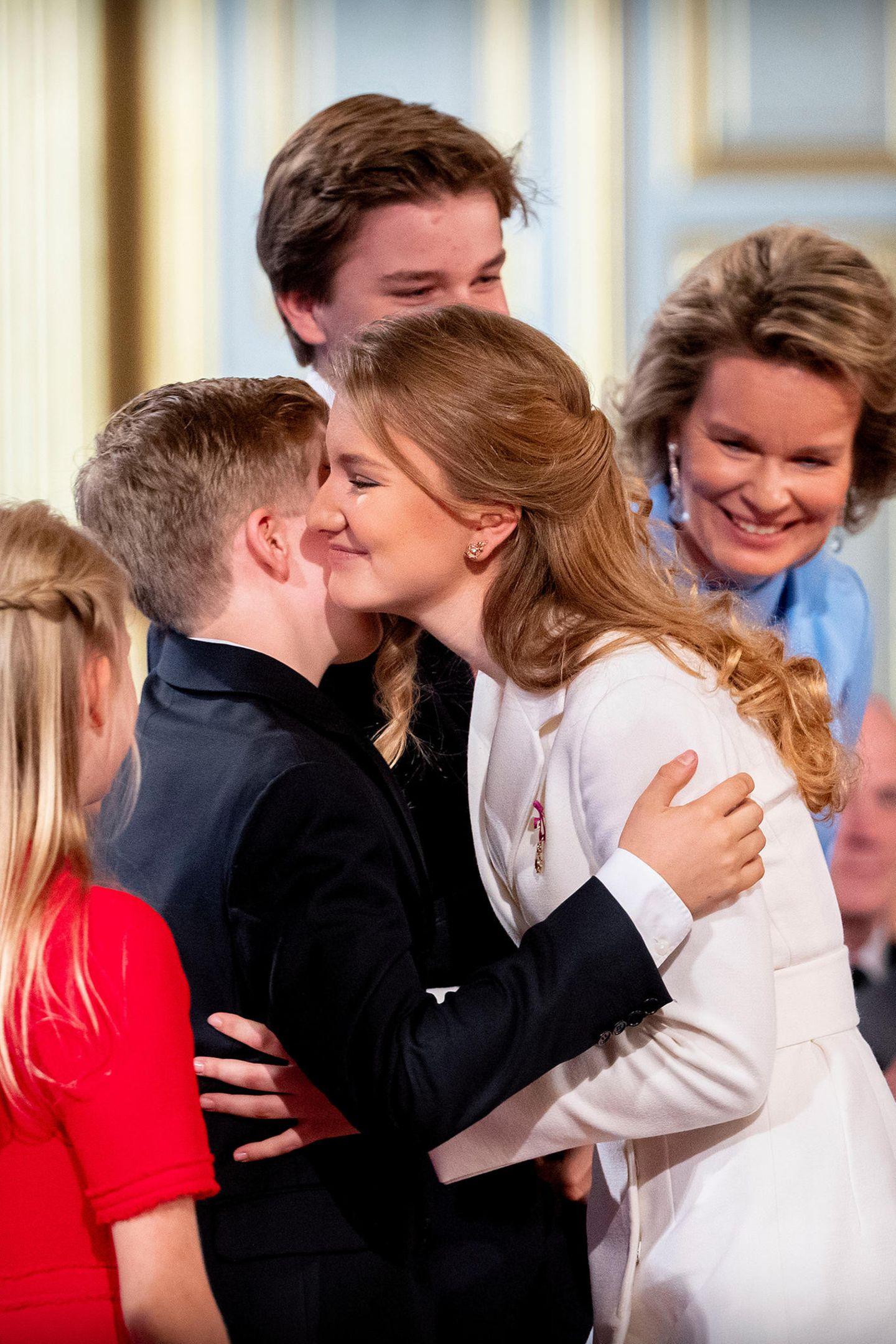 Prinz Gabriel, Prinz Emmanuel und Prinzessin Eléonore gehören natürlich als jüngere Geschwister zu den ersten Gratulanten.