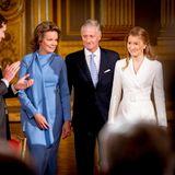 Der 25. Oktober 2019 ist ein besonderer Tag im belgischen Königshaus, denn Kronprinzessin Elisabeth feiert ihren 18. Geburtstag. Die Zeremonie findet im Königlichen Palast in Brüssel statt, und Elisabeth und ihre Eltern Königin Mathilde und König Philippe werden mit großem Applaus empfangen.