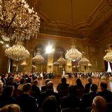Die feierliche Ansprache von König Philippe an seine erstgeboreneTochter wirkt im großen Thronsaal mit den vielen funkelnden Kronleuchtern noch mal beeindruckender.