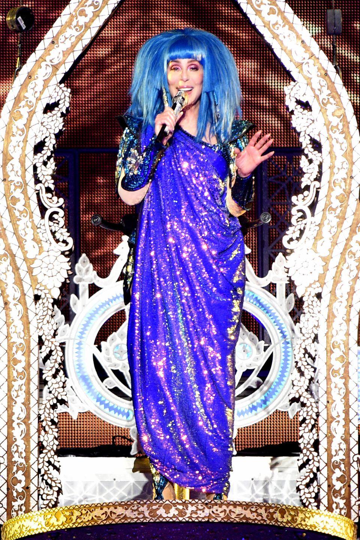 Auch mit über 70 Jahren ist Cher eine schillernde Persönlichkeit, die ihr Publikum begeistert.Bei ihrem Auftritt in der Manchester Arenaüberrascht die Sängerin in einem blauen Glitzer-Outfit.