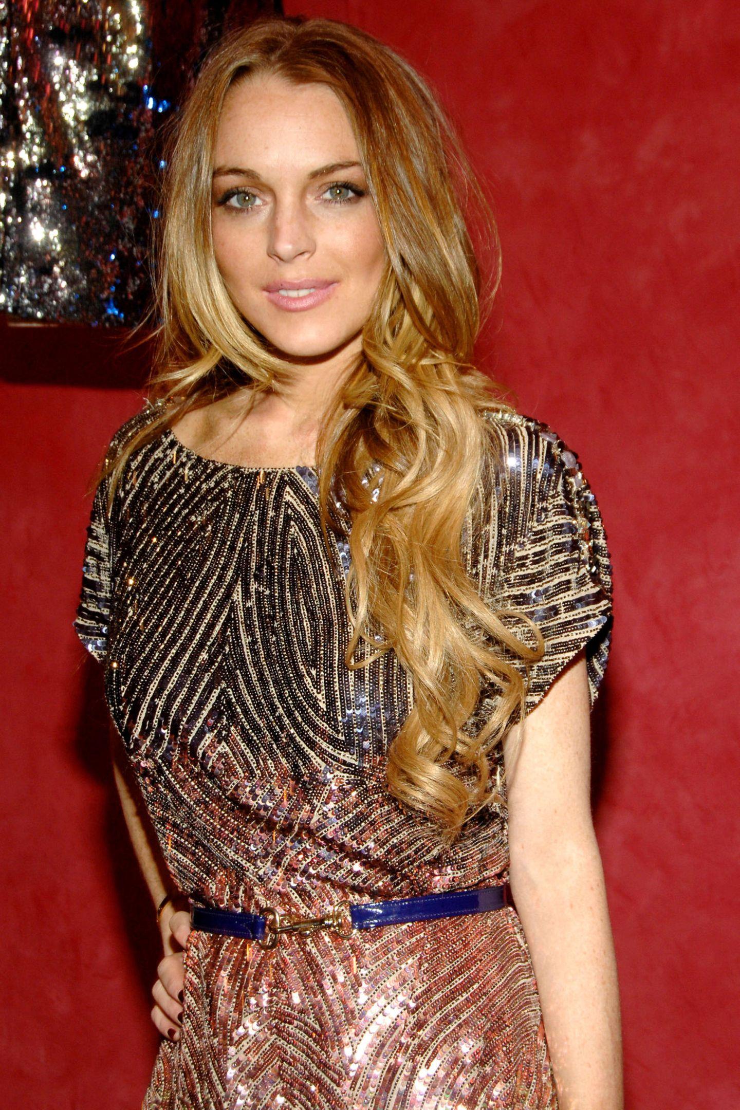 Schon im Kindesalter wird Lindsay Lohan als Schauspielerin berühmt und ist das Vorbild vieler Kids. Im Jahr 2009 strahlt die damals 23-Jährige noch mit einem natürlichen Lächelnin die Kamera. Rund zehn Jahre später sieht das etwas anders aus ...