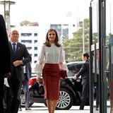 Denn nur einen Tag zuvor ist Königin Letizia in dem angesagten Rock durch Seoul spaziert. So wie Herzogin Meghan kombiniert auch die spanische Königin farblich passende Pumps und schlichten Schmuck zu dem It-Piece.In diesem eleganten Outfit wurde Letiziagemeinsam mit ihrem Mann, König Felipe, zurEhrenbürgerin der Hauptstadt Südkoreas ernannt.