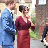 Bei einer Diskussionsrunde in Windsor setzt Herzogin Meghan auf eines ihrer Lieblingskleidungsstücke: Einen taillierten Bleistiftrock von Boss in einem schönen herbstlichen Rotton. Mit ihrem Faible für den gerade geschnittenen Designer-Rock ist die Frau von Prinz Harry allerdings nicht alleine ...