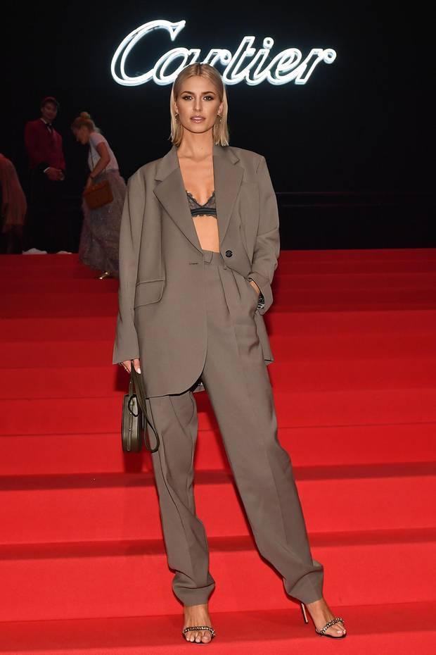 """Bei der Wiedereröffnungsfeier der """"Cartier""""-Boutique in den Eisbach Studios in München ist Lena Gercke ein absoluter Hingucker: Das schöne Model trägt einen Oversize-Hosenanzug des Labels """"Arket"""", unter dem ein zarter Spitzen-BH hervorblitzt. Ein lässiger Look mit Sexappeal, durch den Lena Gercke mit Sicherheit viele Blicke auf sich zieht."""