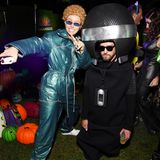 """Jessica Biel und Justin Timberlake beweisen mit ihrer Kostümauswahl wieder einmal Humor. Jessica trumpft bei derCasamigos Halloween Party in Beverly Hillsals ihr Mann zu """"NSYNC""""-Zeiten auf, während er ihr als ihr Mikrofon zur Seite steht."""