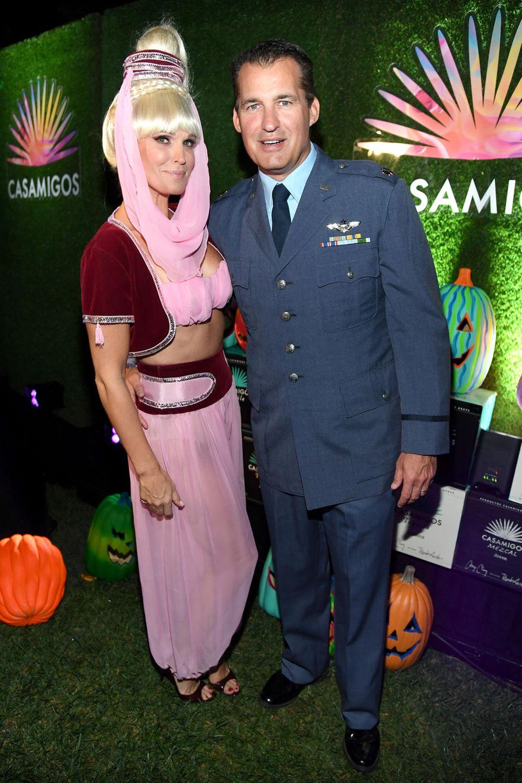 """Zauberhaft: Molly Sims und Ehemann Scott Stuber haben sich als """"Bezaubernde Jeannie"""" und """"Tony Nelson"""" verkleidet."""