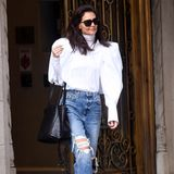Egal ob beim Brunch oder Einkaufen: Mit diesem Outfit ist Katie Holmes ein absoluter Hingucker. Bei einem entspannten Bummel am Wochenende in New York trägt die Schauspielerin eine lässige Boyfriend-Jeans mit Löchern, eineextravagante Bluse mit Puffärmeln verleiht dem Look die nötige Eleganz. Ein Outfit, mit dem Katie Holmes ihrem Ruf als Streetstyle-Queen wieder mal alle Ehre macht.