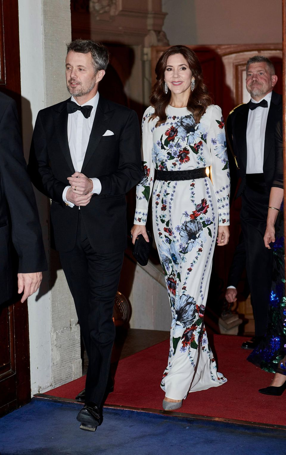 """Bei einer Gala zum 20. Jubiläum der amerikanischen Handelskammer im Moltkes Palais inKopenhagen, Dänemark, setzt Kronprinzessin Mary auf ein wunderschönes Abendkleid mit abstraktemBlumendruck. Das KleidvomLuxuslabel """"Erdem"""" trägt die dänische Prinzessin allerdings nicht zum ersten Mal ..."""