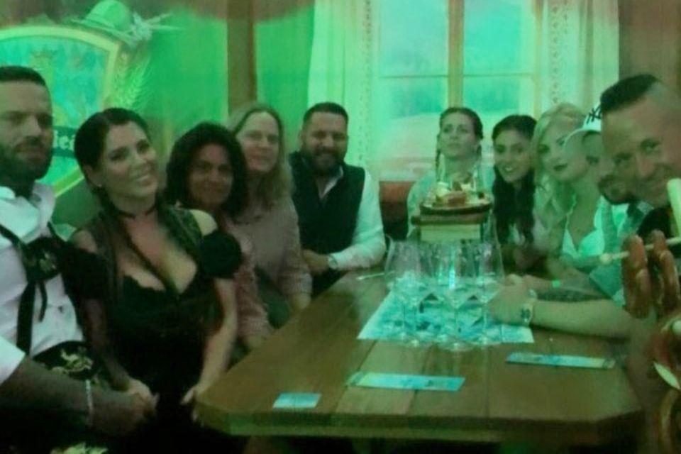 Jenny Frankhauser feiert Oktoberfest mit Familie, Freunden und, wie es scheint, mit ihrer neuen Liebe Steffen (links).