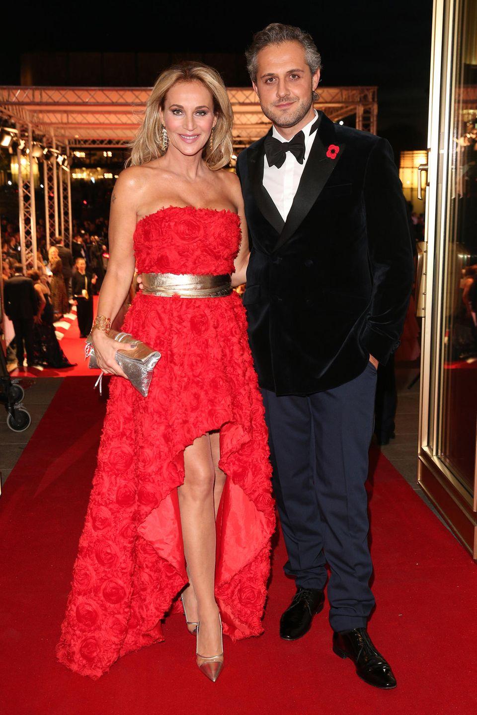 Rot steht für die Liebe: Caroline Beil und EhemannPhilipp Sattler präsentieren sich schwer verliebt beim Leipziger Opernball.