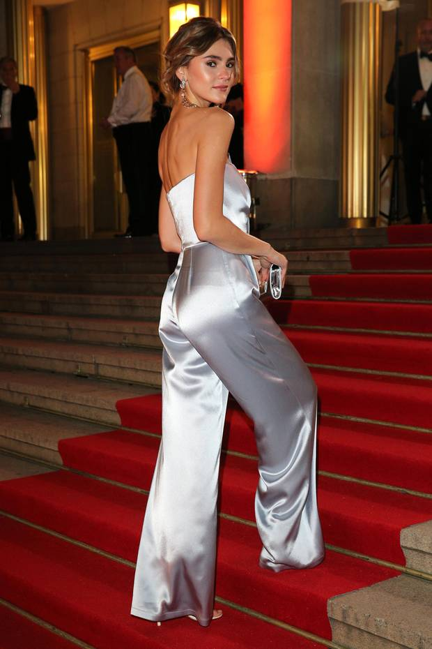 Obwohl sich Stefanie Giesinger vor zwei Wochen in Mexico einen Parasiten eingefangen hat, zieht das schöne Model beim diesjährigen Leipziger Opernballin einemsilbernen Jumpsuit von Kaviar Gauche alle Blicke auf sich.