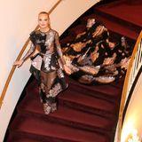 Was ein Auftritt: Elegant schreitet Cheyenne Ochsenknecht die Stufen beim Leipziger Opernball hinunter und setzt ihre Traumrobe mit Schleppe perfekt in Szene.