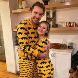 Bettgeflüster mal anders: Auch zu Hause wollen Dax Shepard und Kristen Bell nicht auf eine witzige Halloween-Kostümierung verzichten und lümmeln sich in gemütliche Fledermaus-Pyjamas.