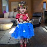 """John Legend postet stolz ein Foto von seiner kleiner """"Wonder Woman"""" Tochter Luna auf Instagram."""