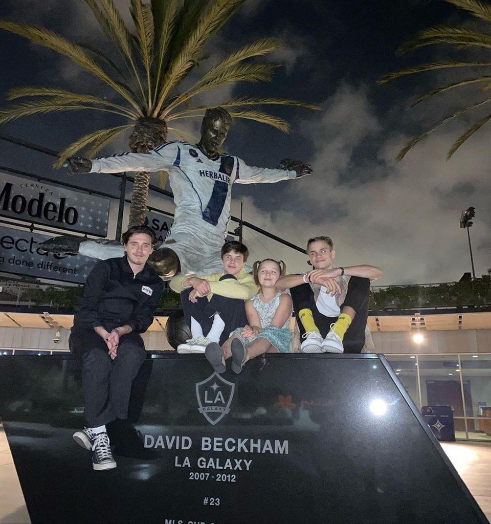 """27. Oktober 2019  David Beckham ist stolz seinen Kindern Brooklyn, Cruz, Harper und Romeo seine """"LA Galaxy""""-Statue zu zeigen. Auf Instagram postet er ein Foto von seinem Nachwuchs vor seinem Ebenbild."""