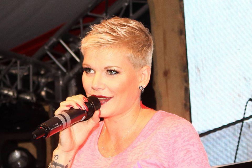 Melanie Müller bei einem Auftritt bei der Lemsdorfer Lümmelgaudi in Magdeburg nur eine Woche nach der Geburt ihres Sohnes Matty.