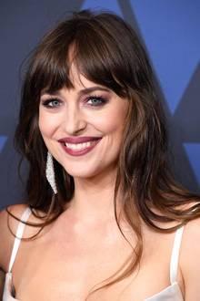 Zur Verleihung der Governors Awards, dem Oscar für das Lebenswerk, zeigt sich Schauspielerin Dakota Johnson ganz besonders glamourös. Sie trägt nicht nur einen aufregenden Look und ein tolles Make-up, sondern vor allem auch wahnsinnig schöne Ohrringe des Labels Messika, die etwas ganz besonderes sind ...