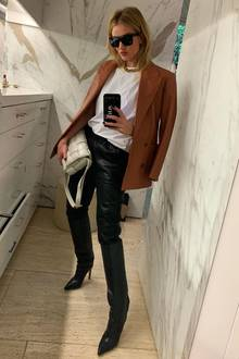 """Rosie Huntington-Whiteley setzt momentan auf das It-Label schlechthin - Bottega Veneta. Die mittelgroße """"Cassette Bag"""" in Web-Optik der Marke spiegelt elegante Puristik wieder und lässt sichraffiniert in unaufgeregte Herbst-Looks integrieren."""