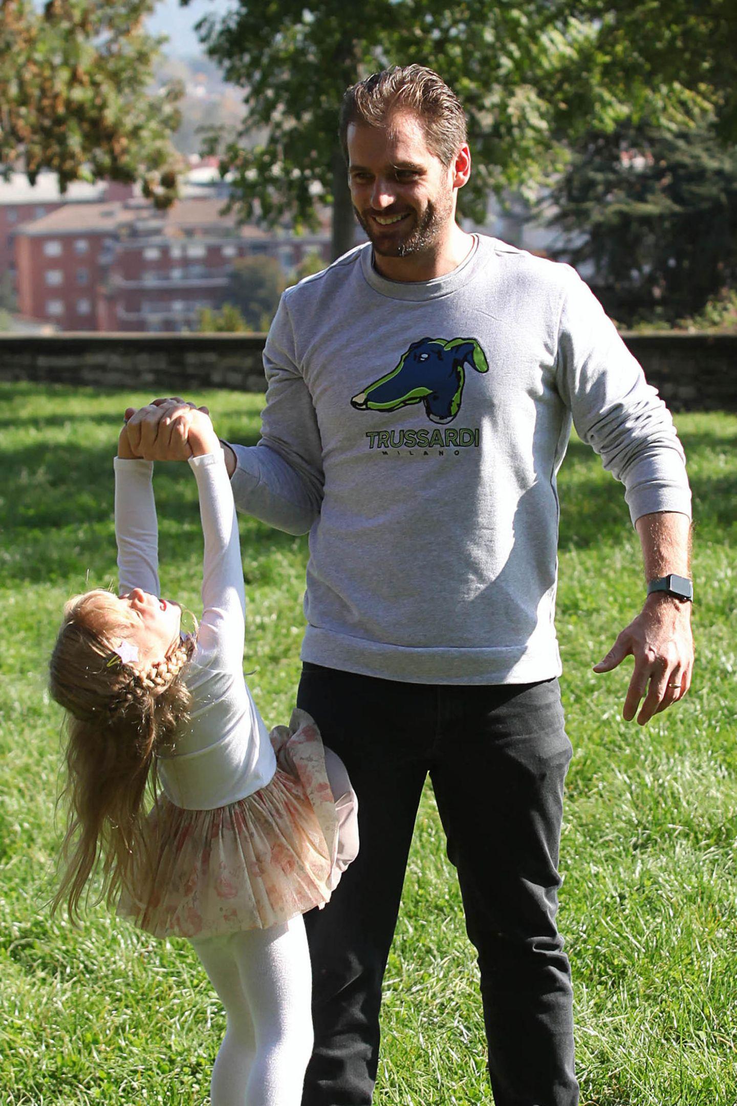 27. Oktober 2019  Bizepstraining für Tomaso? Tochter Celeste stellt sich gerne als Gewicht zur Verfügung.