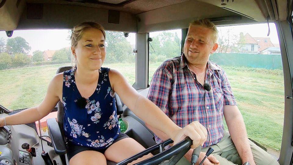 Christian bringt Christina das Treckerfahren bei