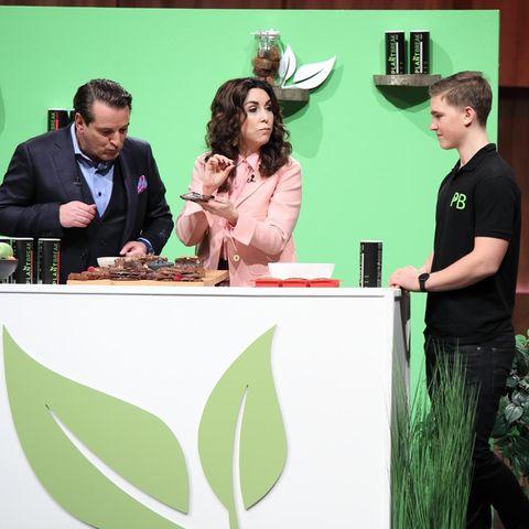 Ralf Dümmel und Judith Williams probieren die Fitness-Riegel