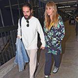 Obwohl Heidi Klum für ihren sexy Look bekannt ist, bevorzugtsie auf Reisen gemütliche Klamotten. Wer jetzt aber denkt, dass Heidis Outfit nicht luxuriös ist, dem sei gesagt, dass die Frankenstein Hoodie-Jacke von Prada ist und ca. 1300 Euro kostet.