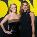 """Reese Witherspoon und Jennifer Aniston strahlen bei der """"The Morning Show""""-Weltpremiere in New York City Arm in Arm um die Wette. Dabei ist das dynamische Duo nicht nur auf der Leinwand ein gutes Team, die Frauen verbindet auch eine Freundschaft."""