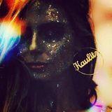"""Heißt Heidi Klum nun Heidi Kaulitz, oder nicht? Diesem Instagram-Posting nach zu urteilen, scheint das Model sich eindeutig zu einem neuen Nachnamen zu bekennen. Heidi zeigt sich mit einem Gesicht voller Glitzer - doch geblendet werden wir vor allem von ihrer riesigen Kreole, die den Schriftzug """"Kaulitz"""" trägt."""