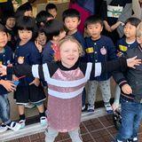 """29. Oktober 2019  """"Hatten heute einen wundervollen Tag in einer japanischen Schule"""", schreibt Fürstin Charlène zu einem Schnappschuss von ihrer Tochter, Prinzessin Gabriella. Die fühlt sich inmitten der Kinder sichtlich wohl."""